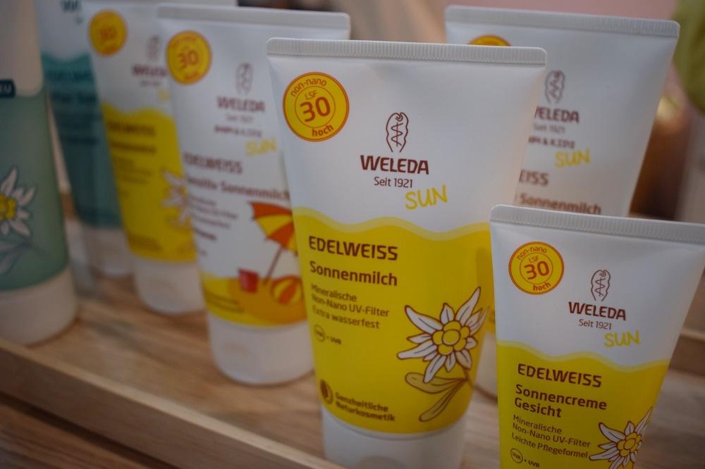 Weleda Edelweiss Sonnencreme Produktsortiment auf dem Stand Biowest www.sunnyside-of-life.de