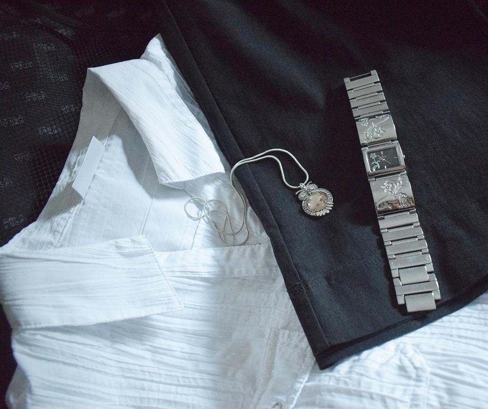 Urlaub auf La Palma weiße Bluse, schwarze Hose, Uhr und Halskette