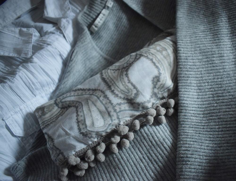 Urlaub auf La Palma weiße Bluse, graue Strickjacke Halstuch mit Bommeln
