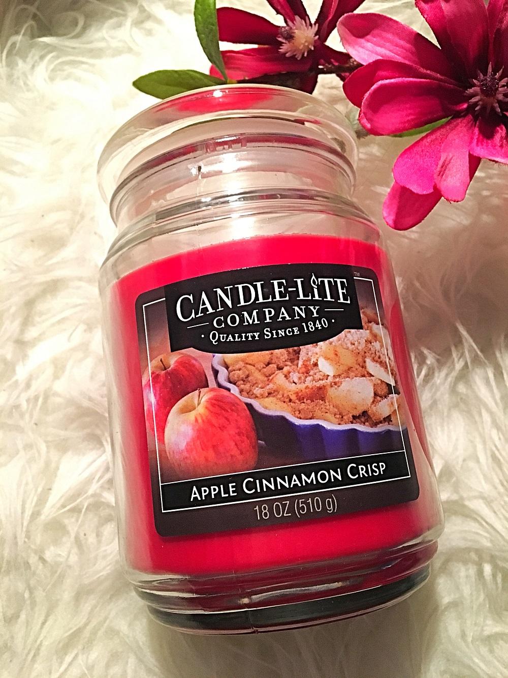 Duftkerzen im Glas von Candlelite Apple Cinnamon Crisp mit Blumendeko