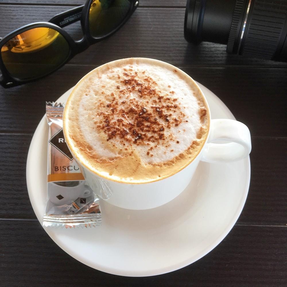 Urlaub auf La Palma Tasse Cappuccino, Sonnenbrille und Kamera