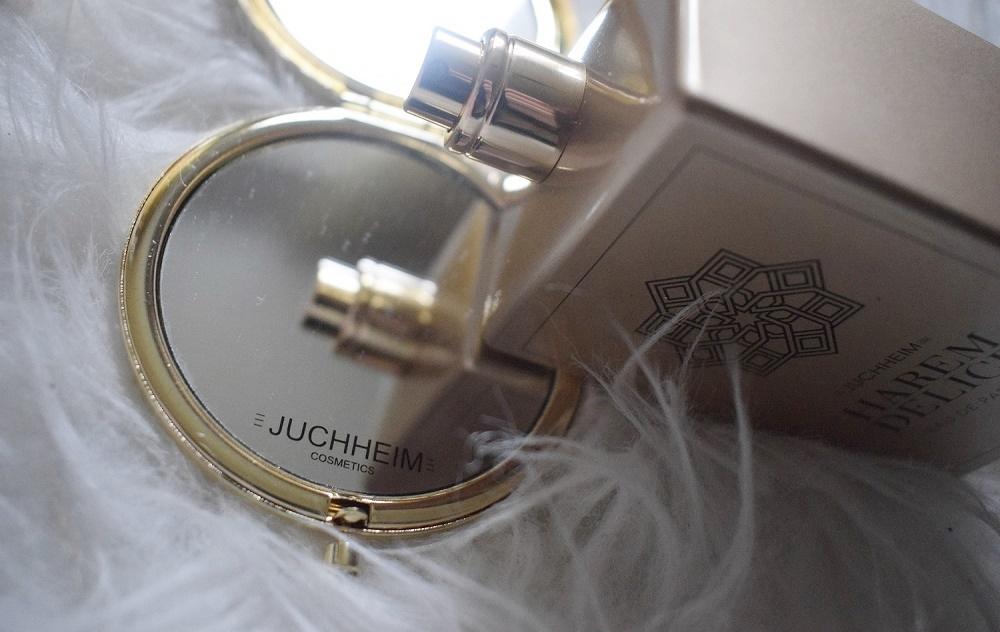 Harem Delice Parfum von Juchheim Cosmetics Flakon auf Spiegel