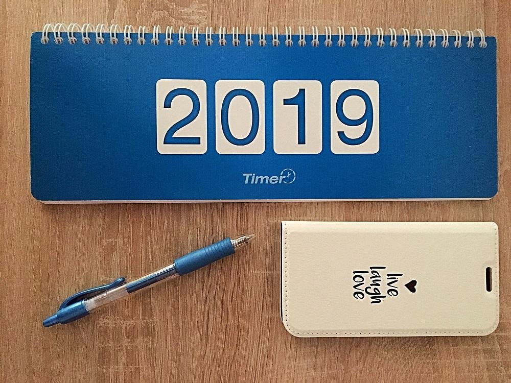 Jahresplanung 2019 mit Häfft Tischkalender, Smartphone und Kugelschreiber