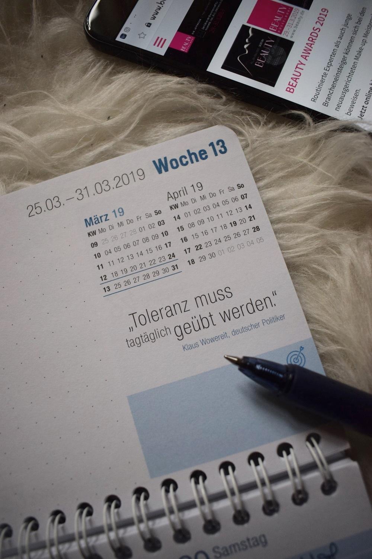 Jahresplanung 2019 mit Häfft Tischkalender mit Wochenspruch und Smartphone