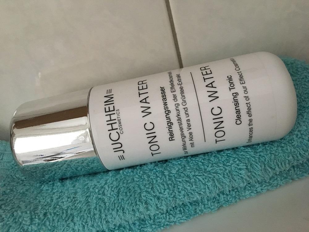 milde Gesichtsreinigung mit Juchheim Cosmetics Flasche Gesichtswasser sunnyside-of-life