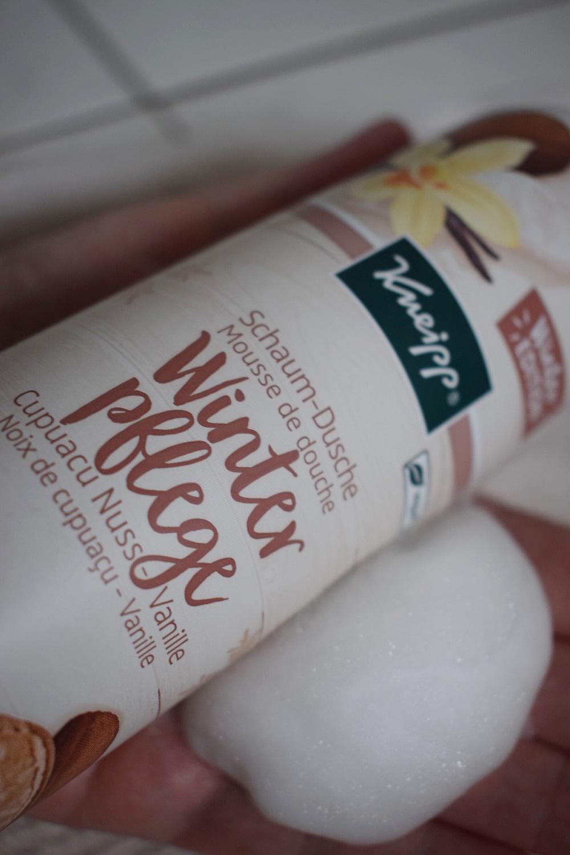Winterpflege für streichelzarte Haut Schaumdusche auf der Hand