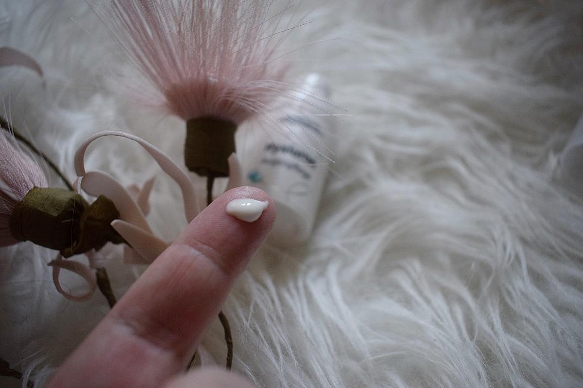 Medipharma Cosmetics Augenpflege Creme auf Fingerkuppe
