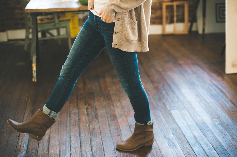 Strickjacken Strickjacke mit Knöpfen, Blue-Jeans und Stiefel