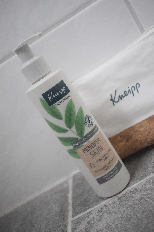 Kneipp Gesichtsreinigungsgel Mindful Skin Pumpspender und Kosemtiktasche Kneipp