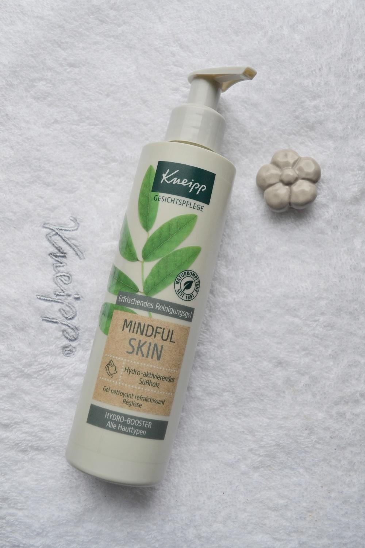 Gesichtsreinigungsgel Mindful Skin Pumpspender auf Handtuch Kneipp - www.sunnyside-of-life.de
